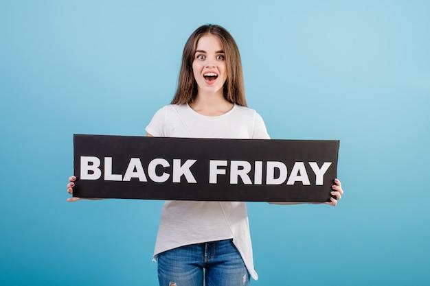 Schöne brunettefrau mit copyspace schwarzer freitag-zeichenfahne getrennt über blau