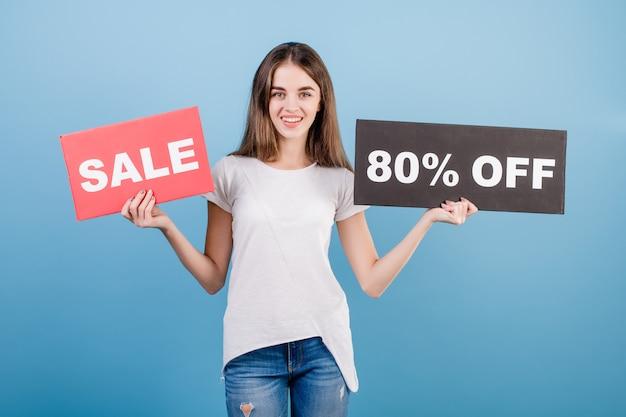 Schöne brunettefrau mit copyspace text 80% verkaufszeichen getrennt über blau