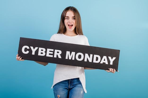 Schöne brunettefrau mit der copyspace cybermontag-zeichenfahne getrennt über blau