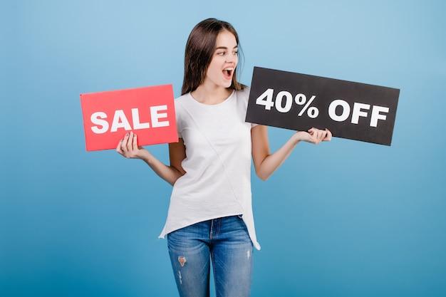 Schöne brunettefrau mit der copyspace text 40% verkaufszeichenfahne getrennt über blau