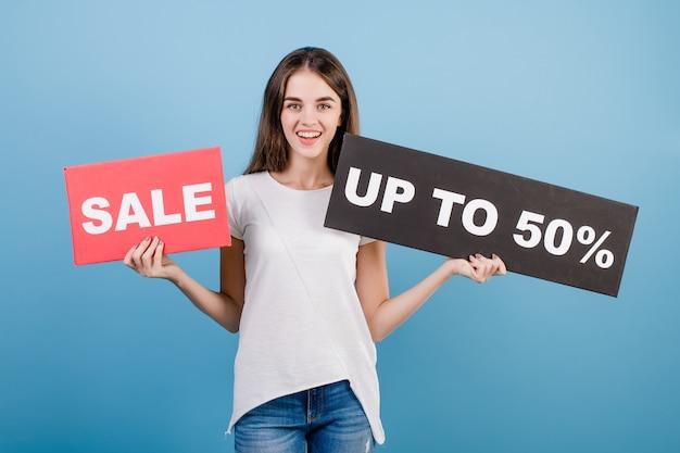 Schöne brunettefrau mit der copyspace text 50% verkaufszeichenfahne getrennt über blau