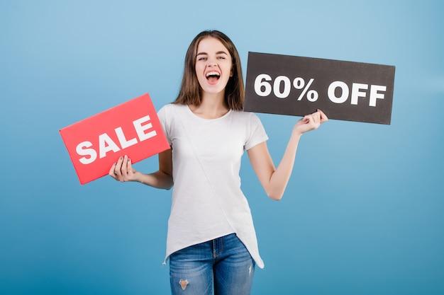 Schöne brunettefrau mit der copyspace text 60% verkaufszeichenfahne lokalisiert über blau