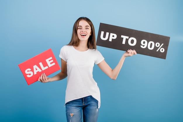 Schöne brunettefrau mit der copyspace text 90% verkaufszeichenfahne getrennt über blau