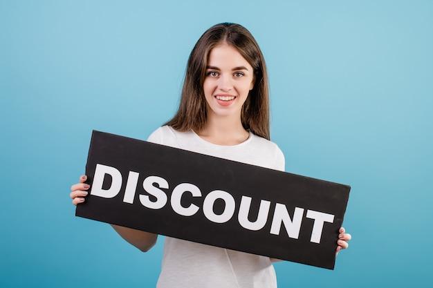 Schöne brunettefrau mit der copyspace textrabatt-zeichenfahne lokalisiert über blau