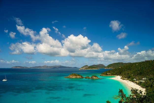 Schöne bucht auf der insel mit strand und grünen hügeln, st. john us virgin islands.