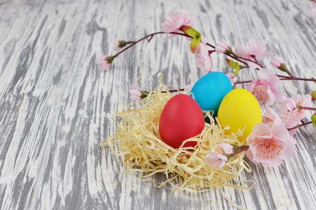 Schöne bunte eier auf einem hölzernen hintergrund