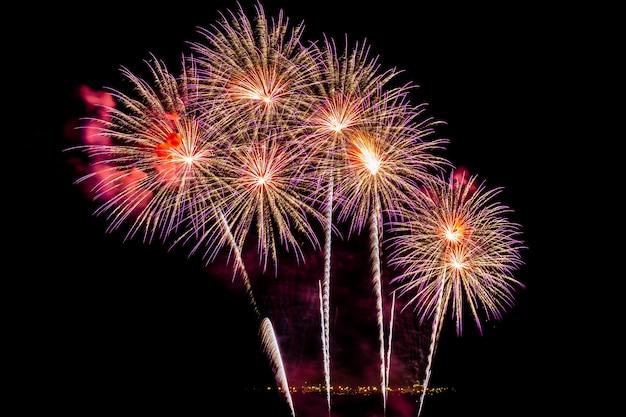 Schöne bunte feuerwerksanzeige nachts für feiern