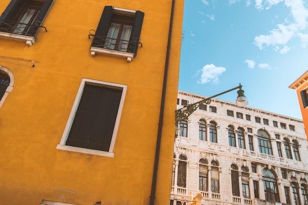 Schöne bunte häuser mit blauem himmel