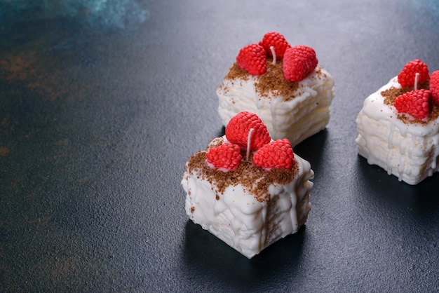 Schöne bunte helle kerze, die in form eines appetitlichen kuchens gemacht wird. aromatherapie, kerze mit dem geruch von kräutern
