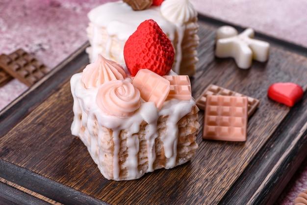 Schöne bunte helle seife in form eines appetitlichen kuchens. aromatherapie, seife mit dem geruch von kräutern