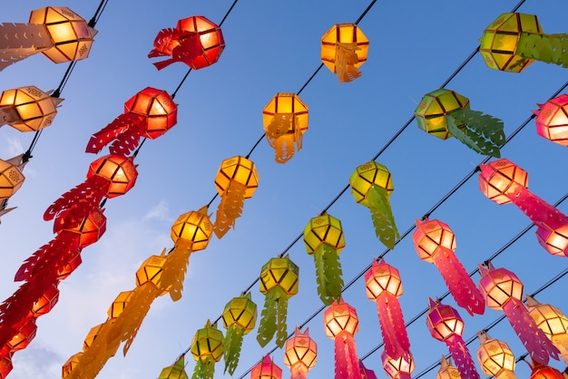 Schöne bunte laternen in laternen-festival yee peng bei wat phra that hariphunchai in lamphun, thailand.