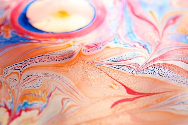 Schöne bunte ornamente aus der tinte schwammen auf dem wasser. ebru-kunst, makrofotografie.