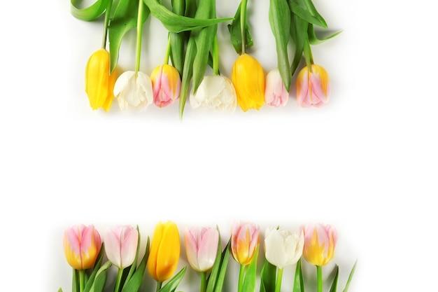 Schöne bunte tulpen auf weißem tischhintergrund