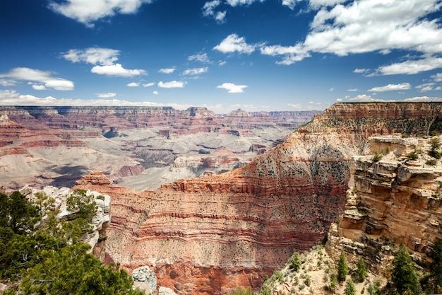 Schöne canyonlandschaft, rote felsen, blauer himmel, sonnig