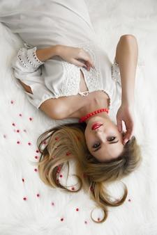 Schöne charmante blondine mit langen haaren liegen
