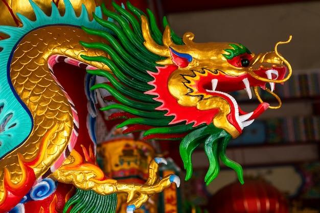 Schöne chinesische drachen auf einem tempel für festival des chinesischen neujahrsfests am chinesischen schrein.