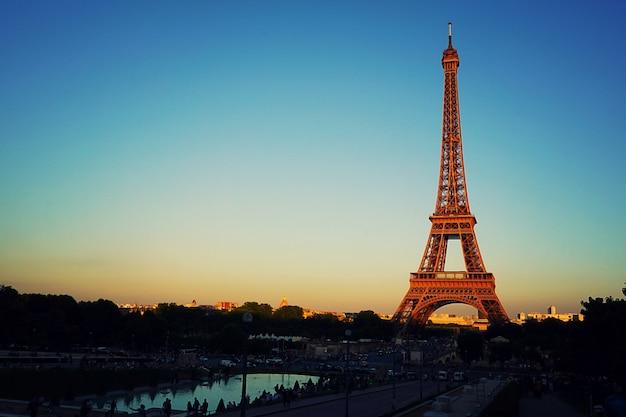 Schöne dämmerungssonnenuntergangansicht des eiffelturms in paris.