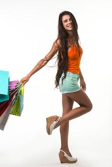 Schöne dame beim einkaufen von saisonalen rabatten.
