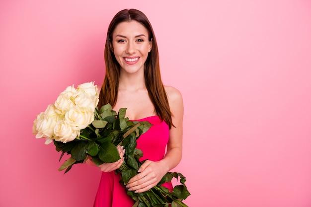 Schöne dame, die mit einem strauß rosen aufwirft