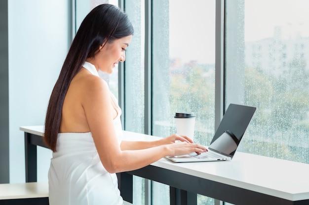 Schöne dame, die notizbuch klopft und online auf wohnzimmer kauft.