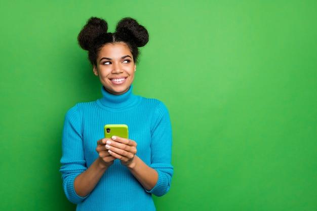 Schöne dame freiberufler halten telefonblick seite leeren raum