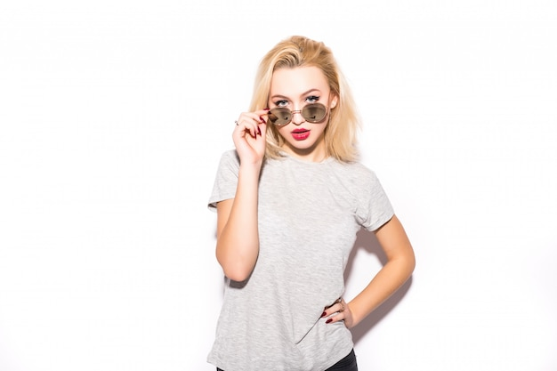 Schöne dame in der modernen sonnenbrille schaut dich an