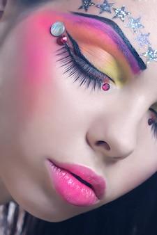 Schöne dame mit künstlerischem make-up.