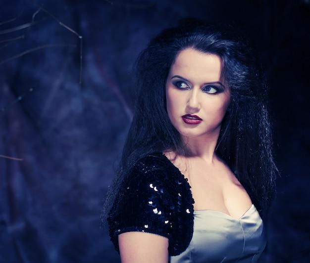 Schöne dame mit wunderschönen dunklen haaren