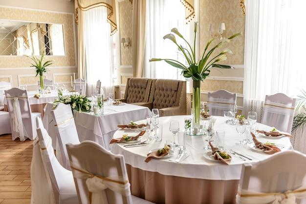 Schöne dekoration des hochzeitsurlaubs mit blumen und grün mit floristendekoration. vorbereitungen für die trauung