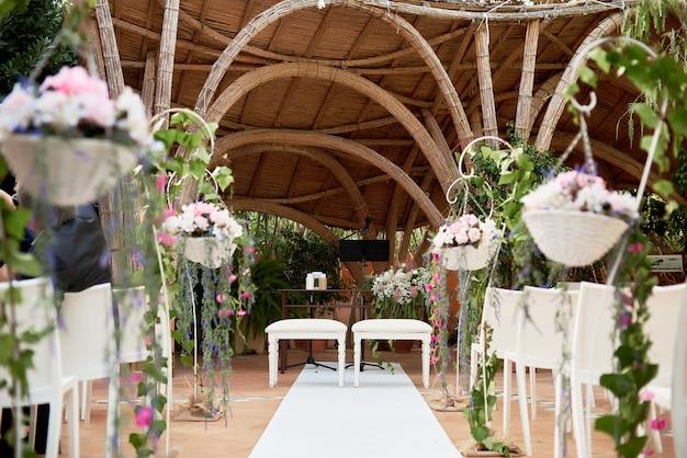 Schöne dekorationseinrichtung für hochzeitszeremonie