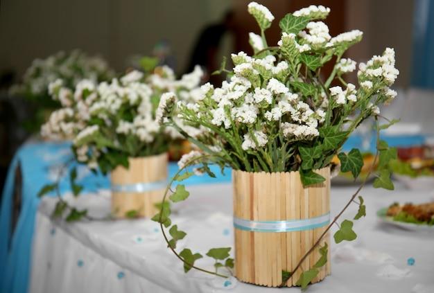 Schöne dekorative blumen auf einem tisch