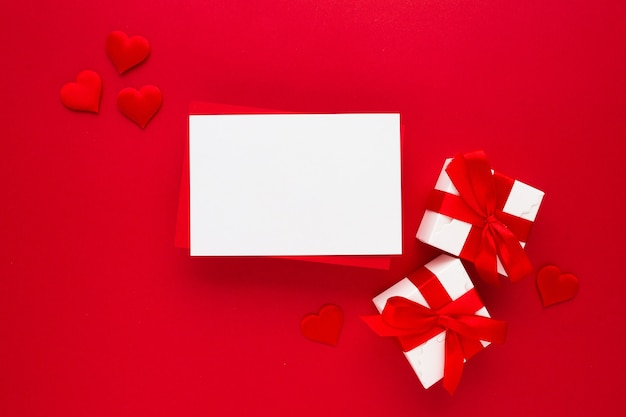 Schöne draufsicht der leeren grußkarte für valentines auf rot