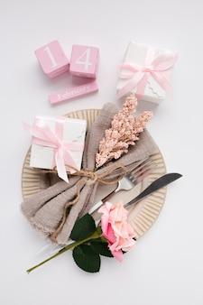 Schöne draufsicht-tabelleneinstellung für valentines auf weiß
