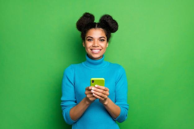 Schöne dunkle haut dame freiberufler halten telefon look kamera