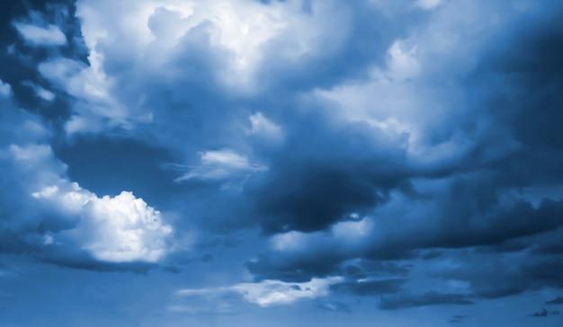 Schöne dunkle stürmische wolken auf einem blauen himmel vor einem gewitter