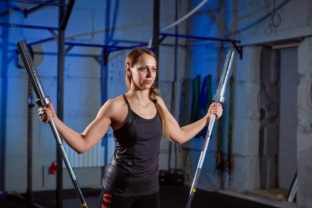Schöne eignungsfrau anhebender barbell anhebende gewichte der sportlichen frau.