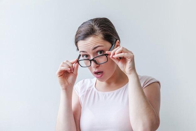 Schöne einfache junge brünette frau des schönheitsporträts in brillen