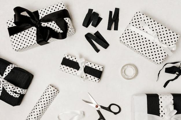 Schöne eingewickelte geschenkbox lokalisiert auf weißer oberfläche