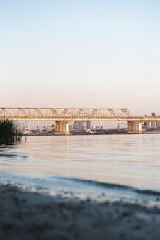 Schöne eisenbahnbrücke im hintergrund der bucht bei sonnenuntergang Premium Fotos