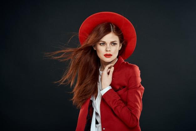 Schöne elegante frau im roten hut lippenstift glamour attraktiven look