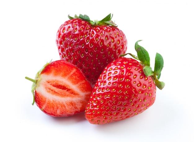 Schöne erdbeeren getrennt auf weiß
