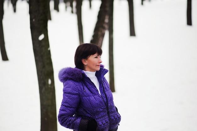 Schöne erwachsene frau, die einen wintertag genießt