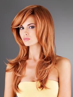 Schöne erwachsene frau mit langen roten haaren