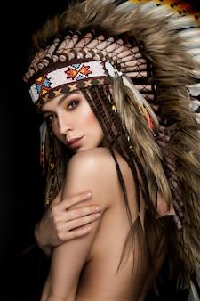 Schöne ethnische dame mit kakerlake auf ihrem kopf.