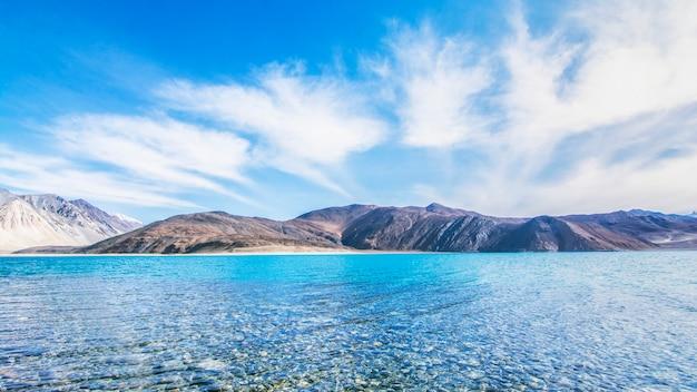 Schöne exotische sommerlandschaft des blauen himmelsbergs und des sees mit reflexion der wolke.