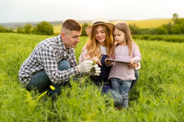 Schöne familie auf dem bauernhof mit tablette