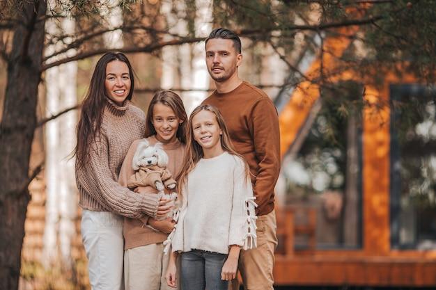 Schöne familie, die am warmen herbsttag geht