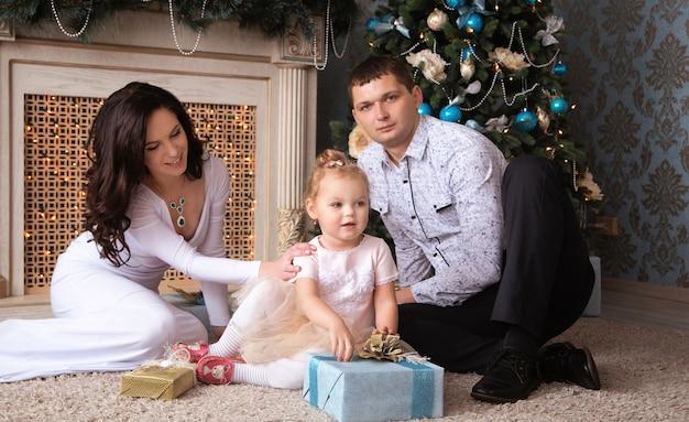 Schöne familie, die auf weihnachten wartet
