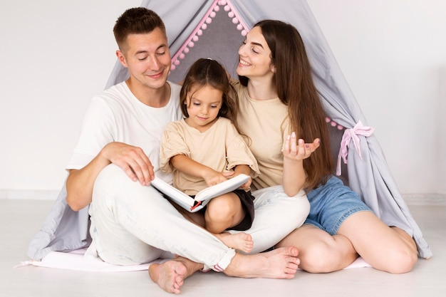 Schöne familie, die einen niedlichen moment zusammen hat
