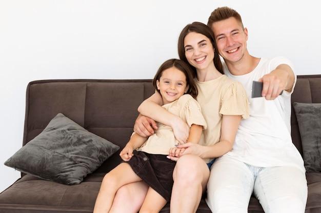 Schöne familie, die einen niedlichen moment zusammen im wohnzimmer hat